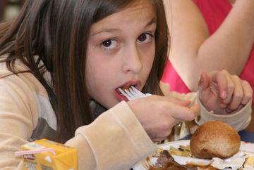 ALIMENTE consumate in copilarie care PREDISPUN la OBEZITATE