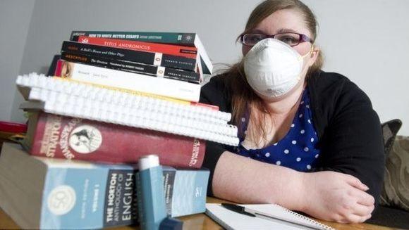 """Pot sa mor daca deschid o carte"". MARTURIILE INCREDIBILE ale unei tinere care sufera de o forma rara de alergie"