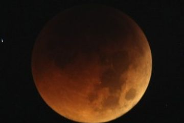 IMAGINI SENZATIONALE surprinse in timpul eclipsei totale de Luna, fenomen denumit Luna Sangerie