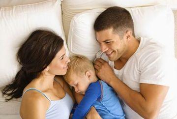 SOCANT! Ce pot pati BEBELUSII care dorm cu parintii lor