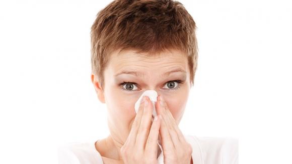 Uite cum iti eliberezi sinusurile cu limba si degetul mare in doar 20 de secunde! Este simplu
