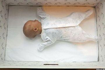 Isi pun bebelusii sa doarma in cutii de carton! Motivul pentru care fac asta este genial