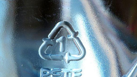 Vezi mereu acest simbol pe sticlele de plastic, dar nu stii ce inseamna? Sanatatea ta ar putea fi pusa in pericol! Uite la ce trebuie sa fii atent