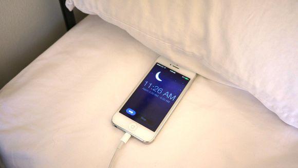 Medicii au facut anuntul: ce se intampla in corpul tau daca tii telefonul in pat sau langa pat noaptea, in timpul somnului! Ai mare grija!