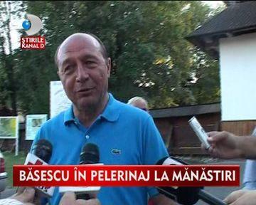 Traian Basescu si sotia sa, PELERINAJ la manastirile din Moldova VIDEO
