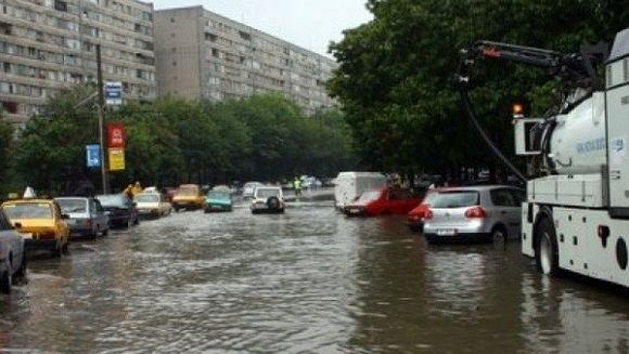 Transportul in comun blocat, copaci doborati de vant, strazi inundate. Cum arata Capitala dupa o noapte de cod portocaliu de ploi