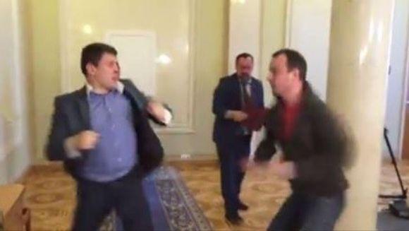 BATAIE mai ceva ca la un meci de box in parlamentul Ucrainei. Doi politicieni s-au luat la pumni din cauza unei legi privind anticoruptia