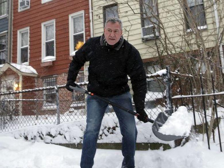 "Ambasada SUA a postat o imagine cu primarul din New York care curata zapada: ""Si la voi ninge?"""