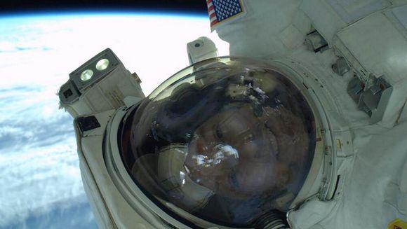Primul SELFIE facut pe o orbita terestra!