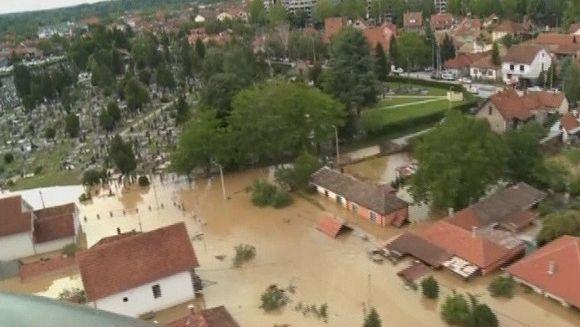 44 de morti si zeci de mii de oameni evacuati! Este bilantul tragic al celor mai grave inundatii din Serbia