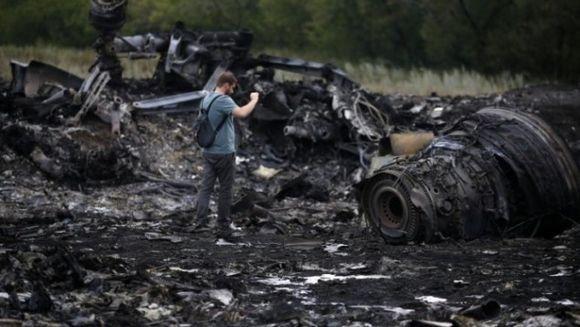 "Stire SOC! Separatistii isi bat joc de cadavrele victimelor zborului MH17! ""Se duc beti si profaneaza locul"" Afla detalii INCREDIBILE!"