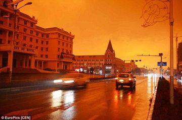Acesta e un semn al APOCALIPSEI. Cerul s-a colorat in rosu iar din cer a inceput sa ploua cu NOROI