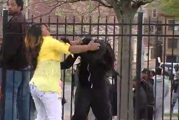 L-a facut de ras in fata televiziunilor. Uite cum si-a luat o mama fiul de la protestele din Baltimore