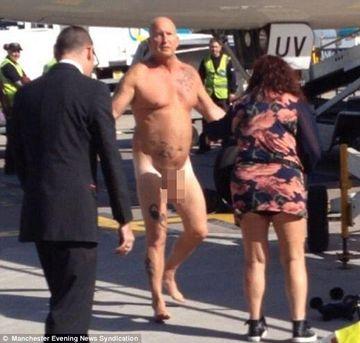 Pasagerul unui avion in varsta de 52 s-a dezbracat la pielea goala. Motivul este WOW!