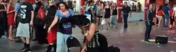 GESTUL SOCANT al unei dansatoare din Vegas! Ce i-a facut unui tanar in plina strada