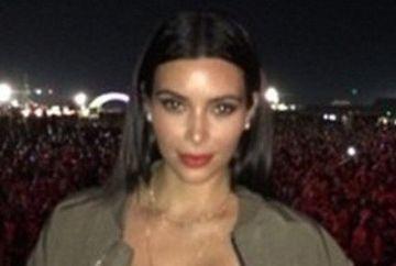 WOW! Kim Kardashian, cu SANII aproape GOI la un concert