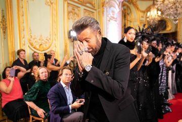 Catalin Botezatu a facut un show de zile mari la Paris Fashion Week! Designerul, aplaudat la scena deschisa pentru colectia impresionanta