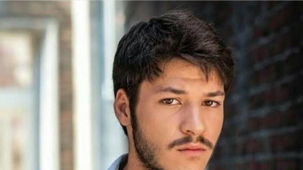 """ALI KEMAL, fiul lui Cevdet din """"PATRIA MEA ESTI TU"""" nu visa sa devina actor! Iata cum a ajuns carismaticul KUBILAY AKA sa-si lase slujba din aeroport pentru rolul din serialul-fenomen!"""