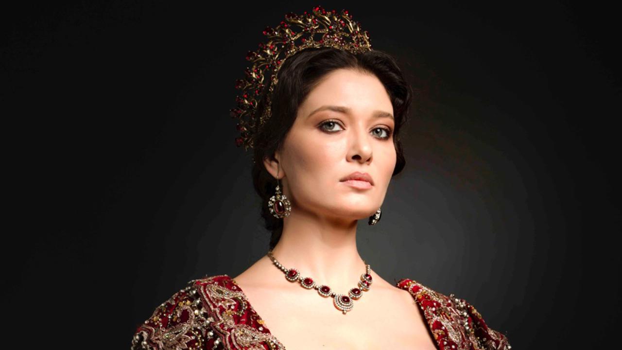 """NURGUL YESILCAY a preluat stafeta de la colega sa BEREN SAAT, in productia-fenomen """"KOSEM""""! Iata cum s-a integrat in noul proiect frumoasa bruneta si cat de bine i se potriveste rolul impunatoarei sultane!"""