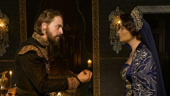 """Super-productia """"Kosem"""" revine in aceasta seara, de la ora 20:00, cu un nou sezon! Sultana Kosem incepe lupta pentru suprematie, iar in fata ei se afla un redutabil """"adversar"""", in persoana fiului ei, Sultanul Murat al IV-lea!"""