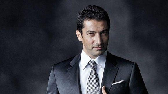 """Fanii lui """"Ezel"""" (Kenan İmirzalıoğlu), ingrijorati pentru starea lui de sanatate. Actorul e greu de recunoscut, dupa ce a slabit si si-a lasat barba pentru intra in pielea unui personaj mai tanar cu 20 de ani. FOTO"""