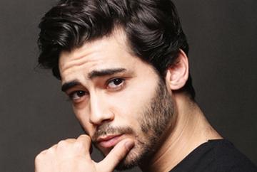 """El este cel mai tanar si seducator actor din distributia serialului """"Mireasa din Istanbul""""! Iata in ce ipostaze uluitoare a fost surprins carismaticul Berkay Hardal (Murat) in bratele iubitei sale, dincolo de platourile de filmare!"""