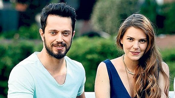 """Asli Enver (Sureyya din serialul """"Mireasa din Istanbul"""") si iubitul ei, Murat Boz, dragoste cu nabadai! Iata unde s-au cunoscut si cum au ajuns sa traiasca cea mai frumoasa poveste de iubire!"""