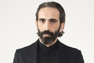 """Adem din serialul """"Mireasa din Istanbul"""", unul dintre cei mai talentati cantareti din Turcia! Firat Tanis este un artist complet! Iata ce gen de muzica adora sa cante si ce voce frumoasa are!"""