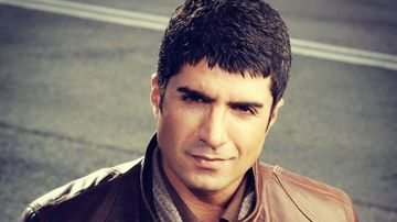 """Ozcan Deniz (Faruk din serialul """"Mireasa din Istanbul""""), o lectie de viata, perseverenta si stil! Povestea vietii celebrului actor pare desprinsa dintr-un serial turcesc! Iata cele mai incendiare detalii despre unul dintre cei mai indragiti actori ai mome"""