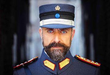 """Halit Ergenc (Cevdet din """"Patria mea esti tu"""") a revenit la prima sa dragoste, muzica! Iata unde este asteptat celebrul actor pentru a sustine un concert grandios si alaturi de cine va interpreta!"""
