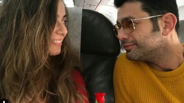 """Keremcem (Ates din """"Bahar: Viata furata"""") si iubita lui, Ilay Erkok, in zbor spre 2018! Iata cum au fost surprinsi cei doi indragostiti in avion si ce destinatie au ales sa petreaca Revelionul!"""