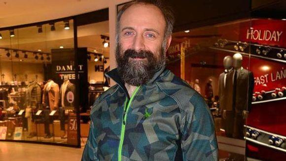 """Halit Ergenc (Cevdet din """"Patria mea esti tu""""), surprins de paparazzi, in toiul pregatirilor pentru un mare concert! Iata ce reactie a avut celebrul actor si ce mesaj a transmis!"""