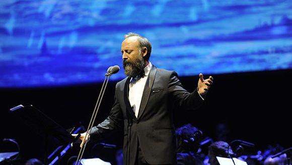 Halit Ergenc, un artist magnific! Iata cum a fost primit de public regalul sau de muzica si poezie si ce colegi de breasla i-au fost alaturi!