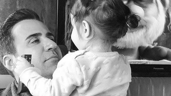 """Ali din """"Dragoste si ura"""", mandru de familia sa mare si unita! Iata cum a fost surprins celebrul Emrah Erdogan, de curand, la aniversarea fiicei sale Eleysa, mezina familiei!"""