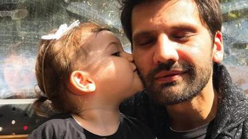 """Carismaticul Kaan Urgancioglu (Emir din """"Dragoste infinita""""), si-a aniversat ziua de nastere! Iata cea mai frumoasa urare venita din partea micutei Arven, fetita adorabila care a jucat rolul fiicei sale!"""