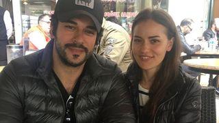 """Burak Ozcivit si sotia sa, Fahriye Evcen sarbatoresc """"ziua mamei"""" in Turcia! Iata cat de fericiti sunt alaturi de familia reunita!"""