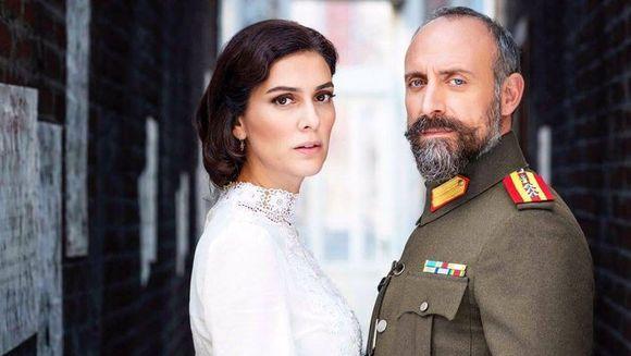 Berguzar Korel si Halit Ergenc, asa cum nu i-ai mai vazut niciodata! Cei doi actori au facut un show de senzatie pe ringul de dans, in cadrul unei petreceri!