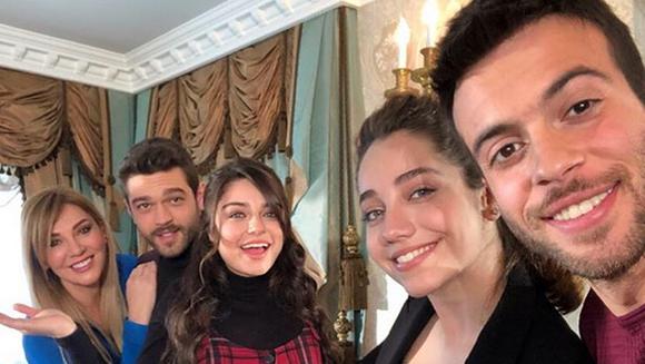 """Actorii din serialul """"Meryem"""", aparitii uluitoare pe covorul rosu la gala de lansare a productiei! Iata ce rochii sexy au ales sa poarte frumoasele actrite Ayca Aysin Turan, Serenay Aktas si Sema Ozturk in cadrul evenimentului!"""