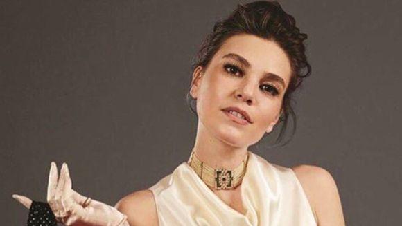 """Sureyya din serialul """"Mireasa din Istanbul"""", aparitie uluitoare la o petrecere de botez! Iata ce coleg a insotit-o pe frumoasa Asli Enver! S-a infiripat ceva intre cei doi sau sunt doar buni prieteni?"""