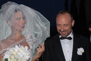 """Berguzar Korel si Halit Ergenc (Azize si Cevdet din serialul """"Patria mea esti tu"""") traiesc de aproape un deceniu o poveste de dragoste ca in """"1001 de nopti""""! Iata cat de tineri si fericiti erau cei doi soti in ziua cea mare a nuntii lor!"""