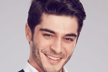 """Carismaticul Baris din serialul """"Povestea noastra"""", actorul cu cea mai rapida ascensiune! Burak Deniz a ajuns sa joace chiar si intr-o productie marca Bollywood! Iata alaturi de ce actrita sexy a filmat, anul trecut!"""