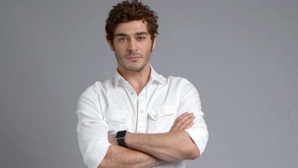 """Momente triste pentru Burak Deniz, BARIS, starul serialului """"Povestea noastra""""! Au condus-o pe ultimul drum!"""