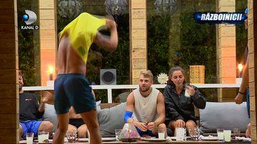 Scene fierbinti pe muzica Andei Adam in tabara Razboinicilor! Cine e concurentul care si-a aruncat hainele si a inceput sa danseze lasciv, spre uimirea coechipierilor