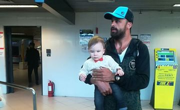 Alex Moraru, ultimul eliminat de la EXATLON, s-a intors in Romania! Fiul sau a inceput sa planga la aeroport cand l-a vazut! Iata primele declaratii