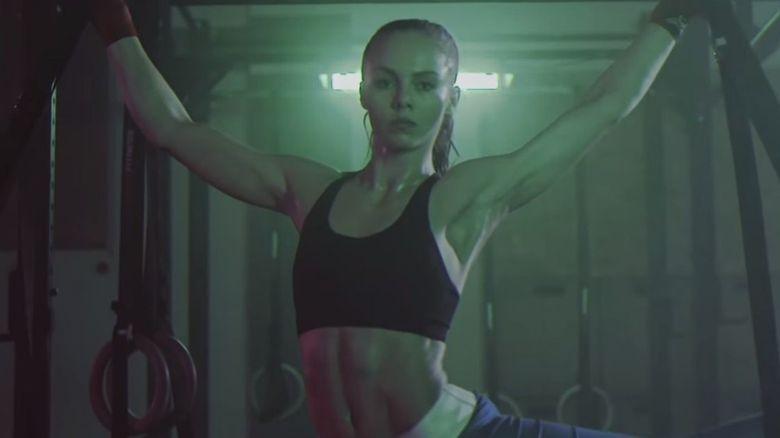 Stiai ca Anca Surdu a fost actrita principala intr-un videoclip al unei trupe celebre, cu sute de mii de vizualizari pe YouTube? Uite cat de sexy e in sala de antrenament