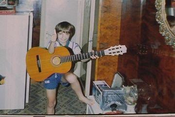 E printre cei mai buni de la Exatlon, dar in copilarie isi dorea sa cante la chitara! Uite cine e concurentul care arata ASA in copilarie
