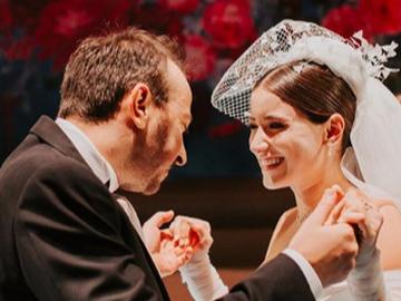 Hazal Kaya si Ali Atay, file de poveste! Iata ce dans atipic a ales celebra actrita la petrecerea nuntii sale! Cei doi miri au fost admirati si aplaudati pentru nu au tinut cont de tiparul clasic de nunta!