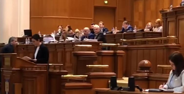 """""""E UMILITOR! RUSINE!"""" La ce se uita deputatii in timpul dezbaterii bugetului Romaniei"""