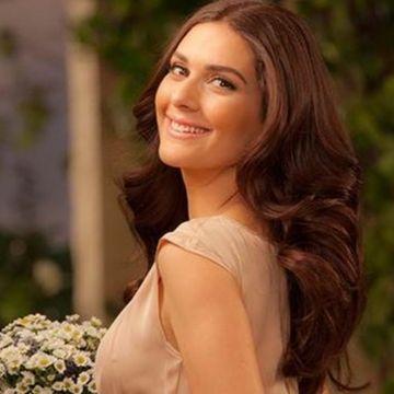 """Berguzar Korel (Sehrazat din serialul """"1001 de nopti""""), aparitie uluitoare pe covorul rosu, la Istanbul! Iata la bratul carui coleg de breasla a stralucit frumoasa actrita!"""