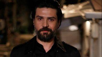 """Omer din serialul """"Povestea noastra"""", schimbare spectaculoasa de look! Iata la ce infatisare a recurs carismaticul Cemal Toktas, pentru un nou rol!"""